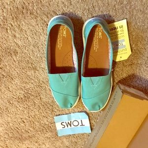 Adorable Toms. Size Y6 but for a women's 8